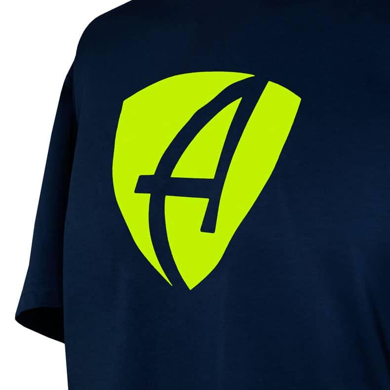 Ausschnitt Vorderansicht eines dunkelblauen CB T-Shirts aus Bio-Baumwolle (Organic Bio T-Shirt) mit lime-gelbem Ammersee Design der Modemarke AMMERSEE BAVARIA aus Bayern, Deutschland