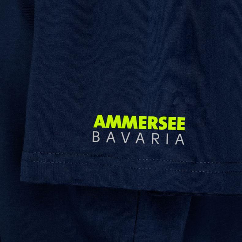 Ärmel eines dunkelblauen CB T-Shirts aus Bio-Baumwolle (Organic Bio T-Shirts) mit grau-lime-gelbem Ammersee Design der Modemarke AMMERSEE BAVARIA aus Bayern, Deutschland