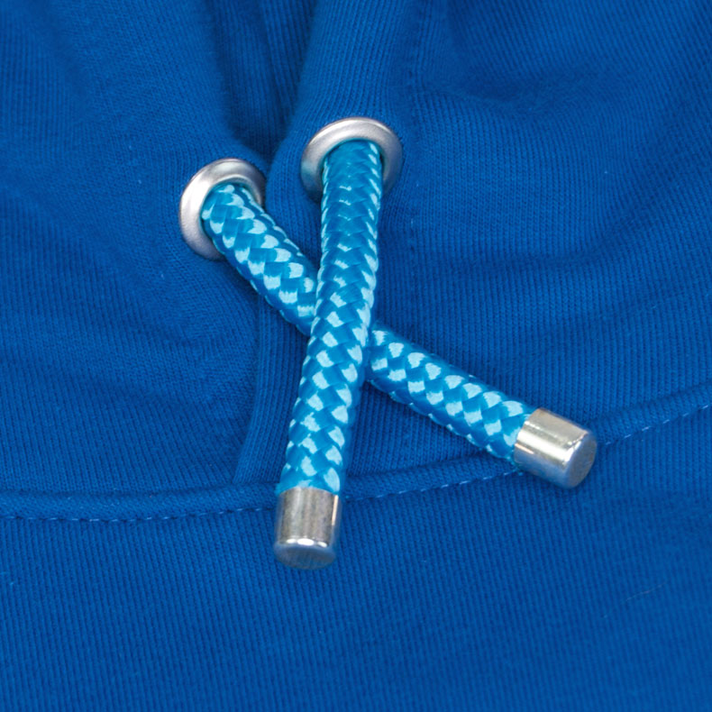 Türkise Kapuzenkordel aus PET-Segelseilen von einem blauen Kapuzenpullover der Modemarke AMMERSEE BAVARIA aus Bayern, Deutschland