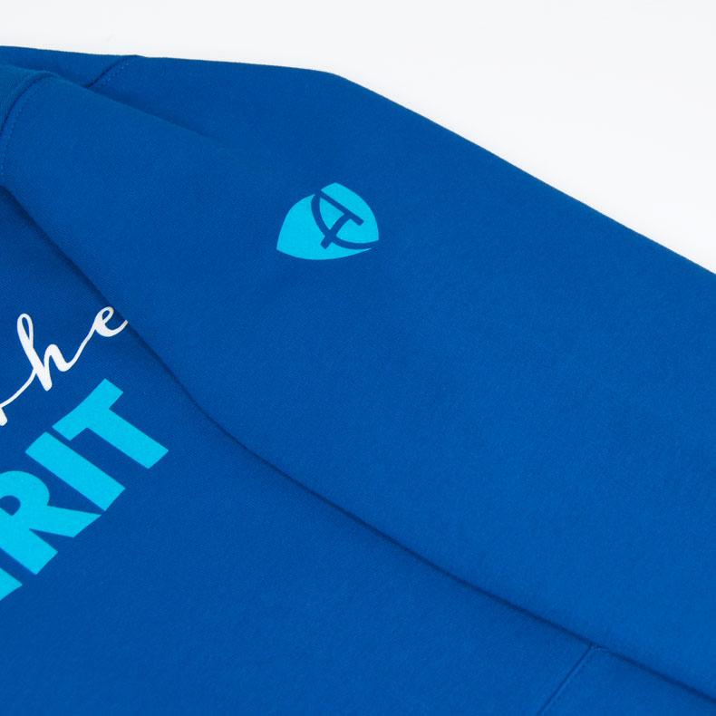 Detailaufnahme des linken Ärmel eines blauen Kapuzenpullover mit türkisem Ammersee Design der Modemarke AMMERSEE BAVARIA aus Bayern, Deutschland