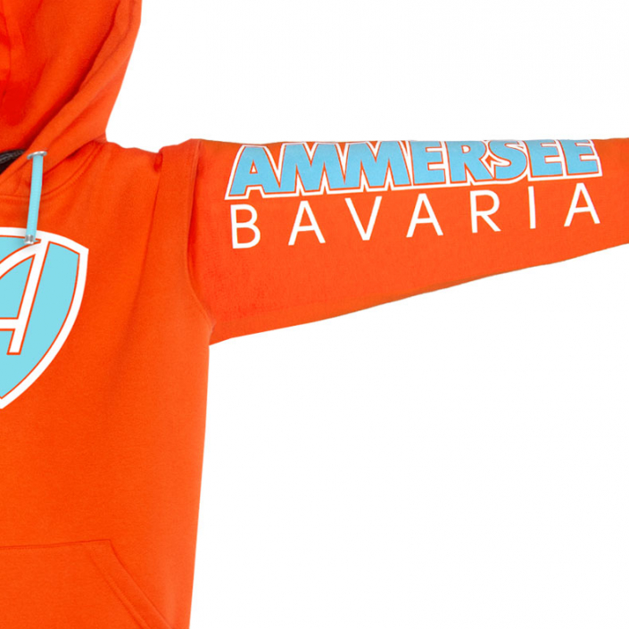 Ausschnitt Vorderansicht eines orangenen CBo Kapuzenpullover aus Bio-Baumwolle (Organic Bio Hoodie) und recyceltem Polyester mit hellblau-weissem Ammersee Design der Modemarke AMMERSEE BAVARIA aus Bayern, Deutschland