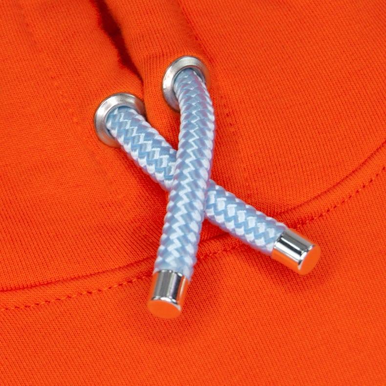 Hellblaue Kapuzenkordel aus PET-Segelseilen von einem orangenen SB Kapuzenpullover der Modemarke AMMERSEE BAVARIA aus Bayern, Deutschland