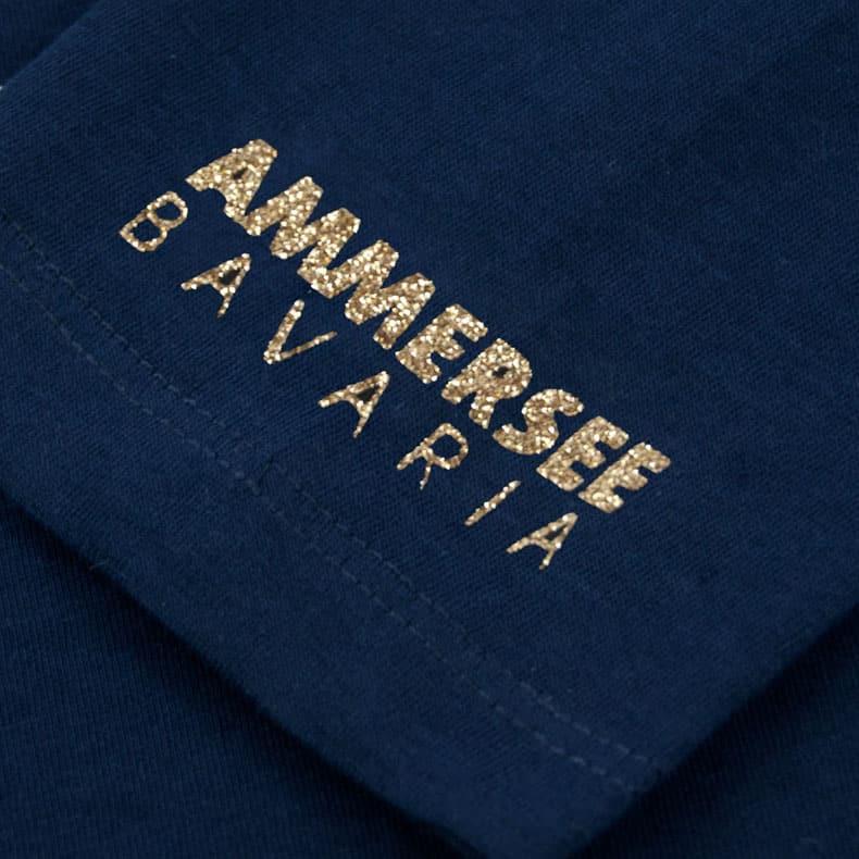 Ärmel eines dunkelblauen CBe Longsleeve T-Shirts aus Bio-Baumwolle (Organic Bio T-Shirts) mit gold-glitzernem Ammersee Design der Modemarke AMMERSEE BAVARIA aus Bayern, Deutschland
