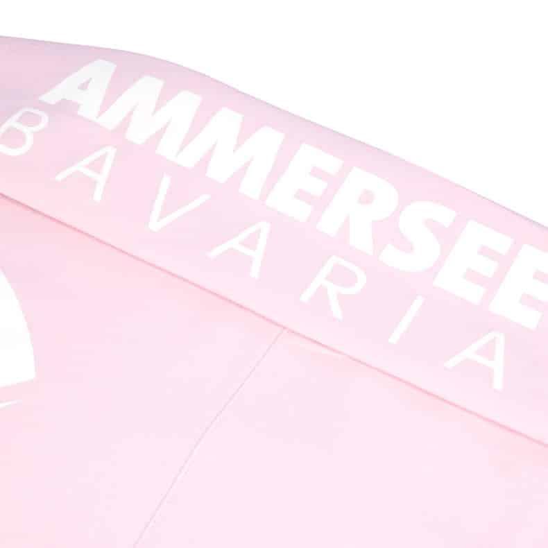 Detailaufnahme des linken Ärmel eines rosernen Kinder Kapuzenpullover mit weissem Ammersee Design der Modemarke AMMERSEE BAVARIA aus Bayern, Deutschland