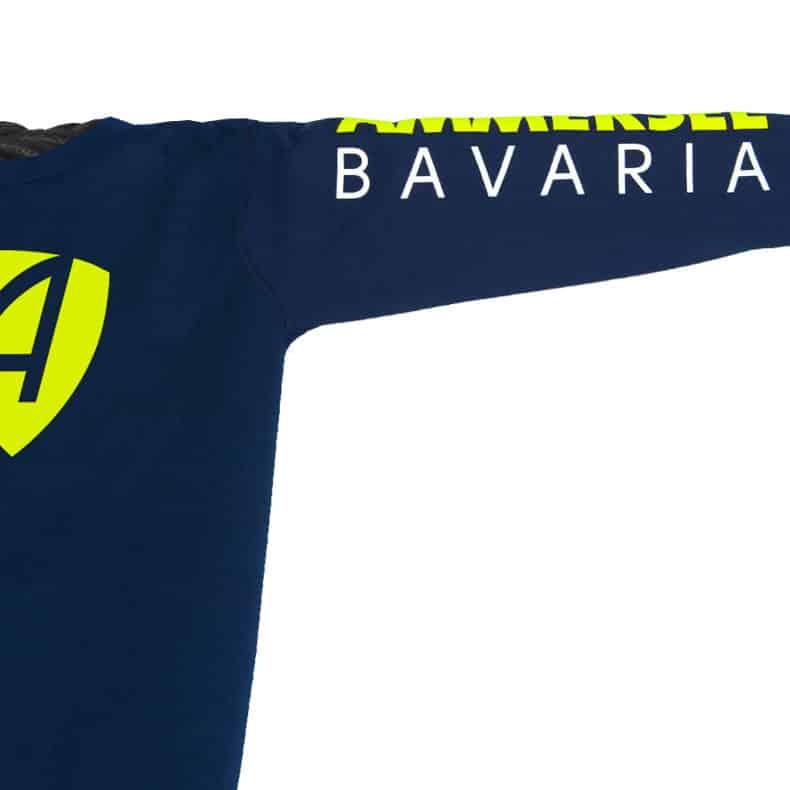 Ärmel eines dunkelblauen CB Kinder Longsleeve aus Bio-Baumwolle (Organic Bio T-Shirts) mit lime-gelb-weissem Ammersee Design der Modemarke AMMERSEE BAVARIA aus Bayern, Deutschland