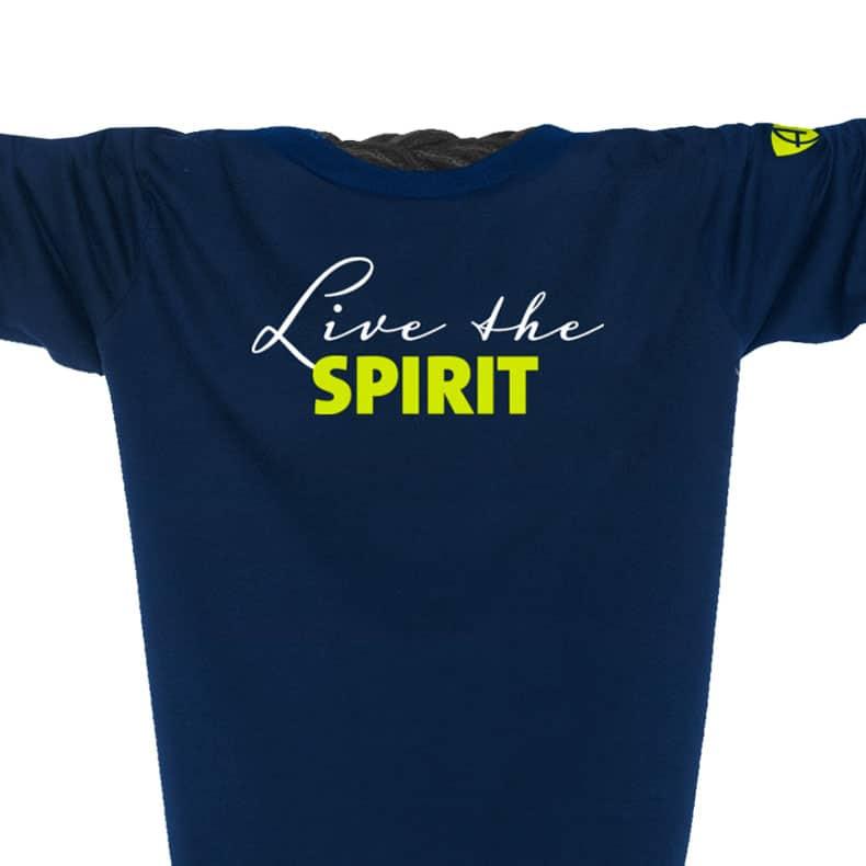 Ausschnitt Vorderansicht eines dunkelblauen ST Kinder Longsleeve aus Bio-Baumwolle (Organic Bio T-Shirt) mit lime-gelb-weissem Ammersee Design der Modemarke AMMERSEE BAVARIA aus Bayern, Deutschland