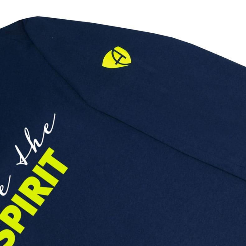 Ärmel eines dunkelblauen ST Kinder Longsleeve aus Bio-Baumwolle (Organic Bio T-Shirts) mit lime-gelb-weissem Ammersee Design der Modemarke AMMERSEE BAVARIA aus Bayern, Deutschland