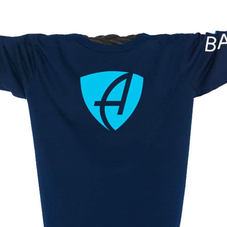 Ausschnitt Vorderansicht eines dunkelblauen CB Kinder Longsleeve aus Bio-Baumwolle (Organic Bio T-Shirt) mit türkis-weissem Ammersee Design der Modemarke AMMERSEE BAVARIA aus Bayern, Deutschland