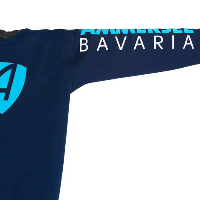 Ärmel eines dunkelblauen CB Kinder Longsleeve aus Bio-Baumwolle (Organic Bio T-Shirts) mit türkis-weissem Ammersee Design der Modemarke AMMERSEE BAVARIA aus Bayern, Deutschland