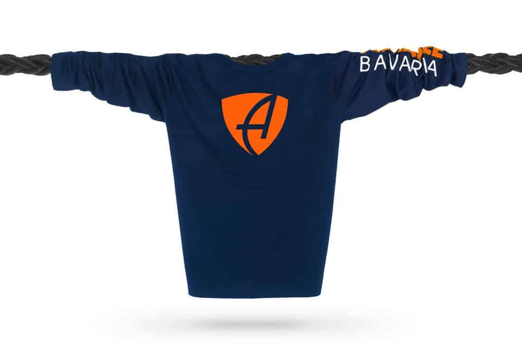 Vorderansicht eines dunkelblauen CB Kinder Longsleeve aus Bio-Baumwolle (Organic Bio T-Shirt) mit orange-weissem Ammersee Design der Modemarke AMMERSEE BAVARIA aus Bayern, Deutschland