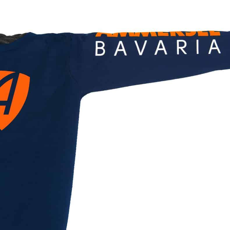 Ärmel eines dunkelblauen CB Kinder Longsleeve aus Bio-Baumwolle (Organic Bio T-Shirts) mit orange-weissem Ammersee Design der Modemarke AMMERSEE BAVARIA aus Bayern, Deutschland