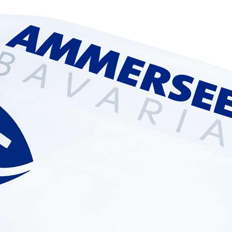 Ärmel eines weissen CB Kinder Longsleeve aus Bio-Baumwolle (Organic Bio T-Shirts) mit royal-blauem Ammersee Design der Modemarke AMMERSEE BAVARIA aus Bayern, Deutschland