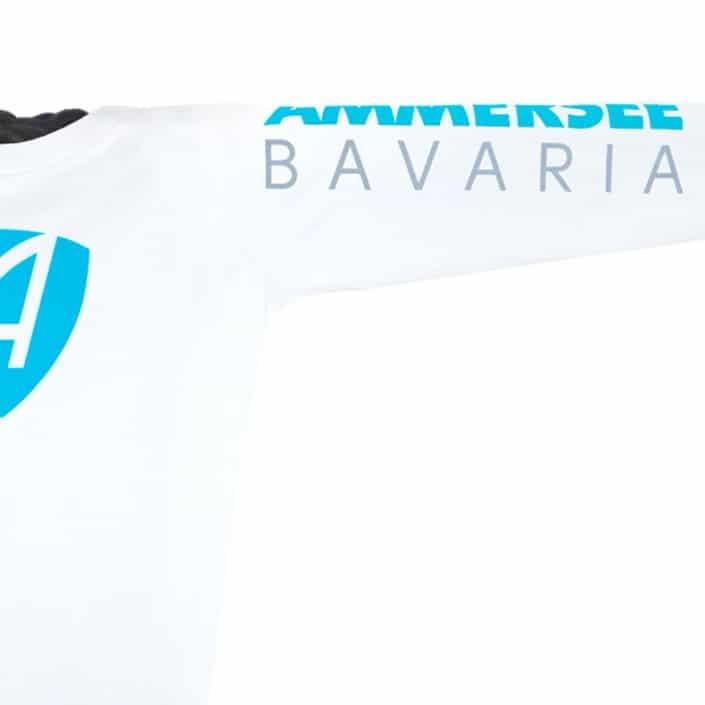 Ausschnitt Vorderansicht eines weissen CB Kinder Longsleeve aus Bio-Baumwolle (Organic Bio T-Shirt) mit türkis-blauem Ammersee Design der Modemarke AMMERSEE BAVARIA aus Bayern, Deutschland