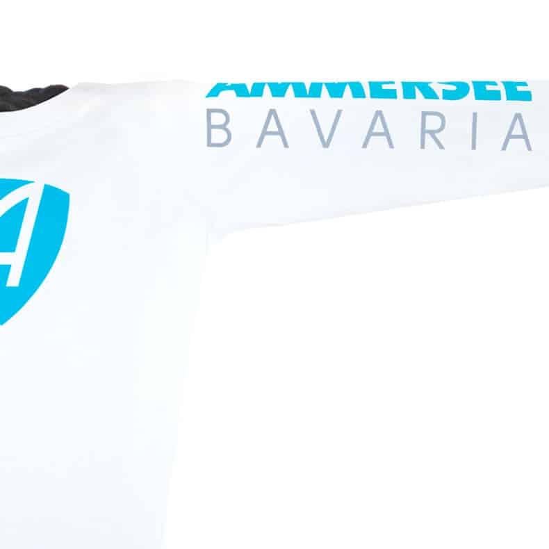 Ärmel eines weissen CB Kinder Longsleeve aus Bio-Baumwolle (Organic Bio T-Shirts) mit türkis-blauem Ammersee Design der Modemarke AMMERSEE BAVARIA aus Bayern, Deutschland