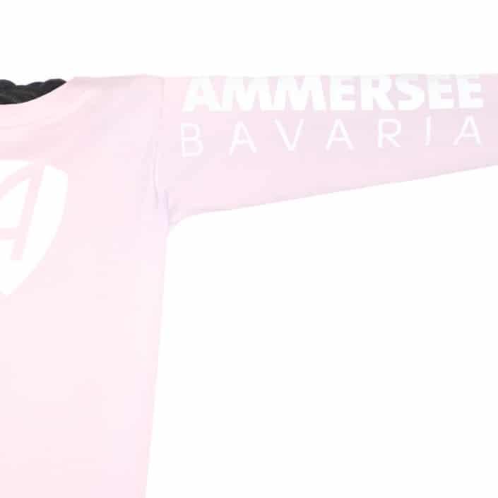 Ausschnitt Vorderansicht eines hellrosa CB Kinder Longsleeve aus Bio-Baumwolle (Organic Bio T-Shirt) mit weissem Ammersee Design der Modemarke AMMERSEE BAVARIA aus Bayern, Deutschland