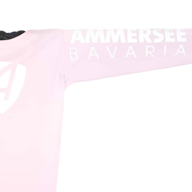 Ärmel eines hellrosa CB Kinder Longsleeve aus Bio-Baumwolle (Organic Bio T-Shirts) mit weissem Ammersee Design der Modemarke AMMERSEE BAVARIA aus Bayern, Deutschland