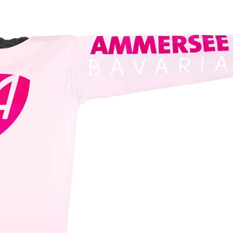 Ärmel eines hellrosa CB Kinder Longsleeve aus Bio-Baumwolle (Organic Bio T-Shirts) mit magenta-weissem Ammersee Design der Modemarke AMMERSEE BAVARIA aus Bayern, Deutschland