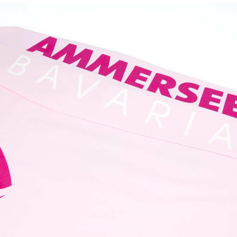 Liegender Ärmel eines hellrosa CB Kinder Longsleeve aus Bio-Baumwolle (Organic Bio T-Shirts) mit magenta-weissem Ammersee Design der Modemarke AMMERSEE BAVARIA aus Bayern, Deutschland
