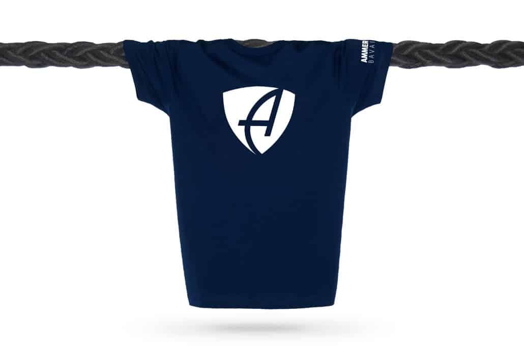 Vorderansicht eines dunkelblauen CB Kinder T-Shirts aus Bio-Baumwolle (Organic Bio T-Shirt) mit weissem Ammersee Design der Modemarke AMMERSEE BAVARIA aus Bayern, Deutschland