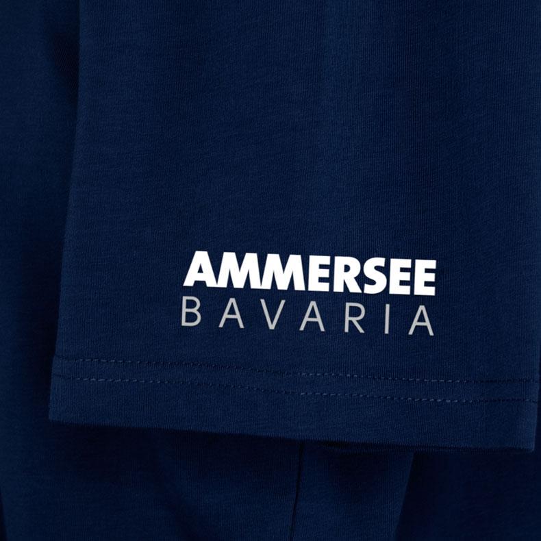 Ärmel eines dunkelblauen CB Kinder T-Shirts aus Bio-Baumwolle (Organic Bio T-Shirts) mit weissem Ammersee Design der Modemarke AMMERSEE BAVARIA aus Bayern, Deutschland