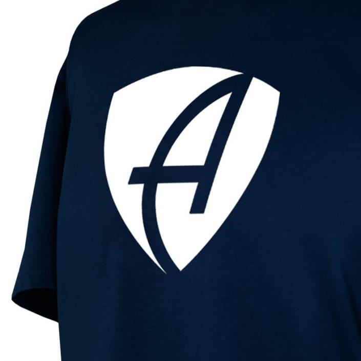 Ausschnitt Vorderansicht eines dunkelblauen CB Kinder T-Shirts aus Bio-Baumwolle (Organic Bio T-Shirt) mit weissem Ammersee Design der Modemarke AMMERSEE BAVARIA aus Bayern, Deutschland