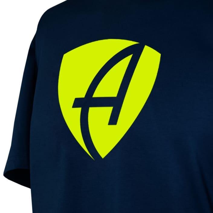 Ausschnitt Vorderansicht eines dunkelblauen CB Kinder T-Shirts aus Bio-Baumwolle (Organic Bio T-Shirt) mit lime-gelben Ammersee Design der Modemarke AMMERSEE BAVARIA aus Bayern, Deutschland