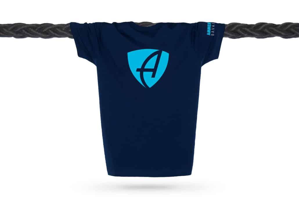 Vorderansicht eines dunkelblauen CB Kinder T-Shirts aus Bio-Baumwolle (Organic Bio T-Shirt) mit türkis-blauem Ammersee Design der Modemarke AMMERSEE BAVARIA aus Bayern, Deutschland