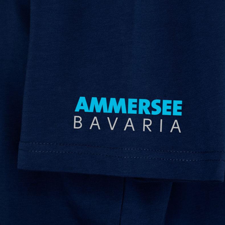 Ärmel eines dunkelblauen CB Kinder T-Shirts aus Bio-Baumwolle (Organic Bio T-Shirts) mit türkis-blauem Ammersee Design der Modemarke AMMERSEE BAVARIA aus Bayern, Deutschland