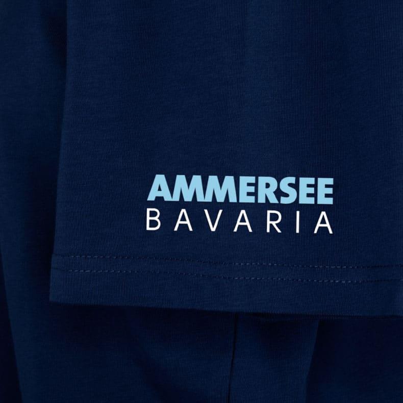 Ärmel eines dunkelblauen CB Kinder T-Shirts aus Bio-Baumwolle (Organic Bio T-Shirts) mit hellblau-grün-weissem Ammersee Design der Modemarke AMMERSEE BAVARIA aus Bayern, Deutschland