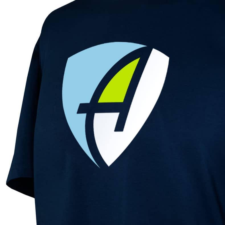 Ausschnitt Vorderansicht eines dunkelblauen CB Kinder T-Shirts aus Bio-Baumwolle (Organic Bio T-Shirt) mit hellblau-grün-weissem Ammersee Design der Modemarke AMMERSEE BAVARIA aus Bayern, Deutschland