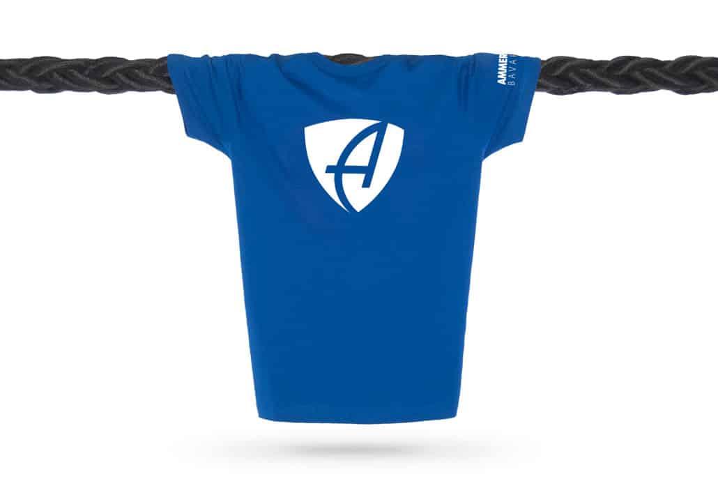 Vorderansicht eines mittelblauen CB Kinder T-Shirts aus Bio-Baumwolle (Organic Bio T-Shirt) mit weissem Ammersee Design der Modemarke AMMERSEE BAVARIA aus Bayern, Deutschland