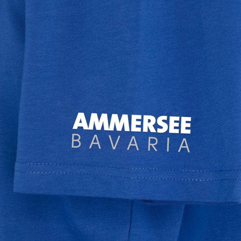 Ärmel eines mittelblauen CB Kinder T-Shirts aus Bio-Baumwolle (Organic Bio T-Shirts) mit weissem Ammersee Design der Modemarke AMMERSEE BAVARIA aus Bayern, Deutschland