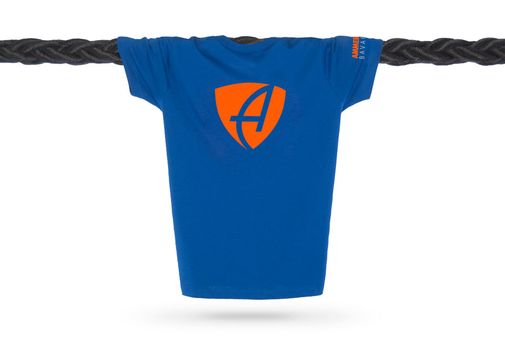 Vorderansicht eines mittelblauen CB Kinder T-Shirts aus Bio-Baumwolle (Organic Bio T-Shirt) mit orangenem Ammersee Design der Modemarke AMMERSEE BAVARIA aus Bayern, Deutschland