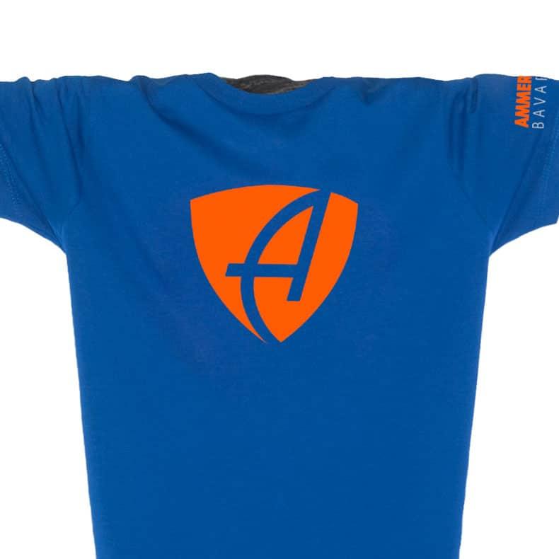Ausschnitt Vorderansicht eines mittelblauen CB Kinder T-Shirts aus Bio-Baumwolle (Organic Bio T-Shirt) mit orangenem Ammersee Design der Modemarke AMMERSEE BAVARIA aus Bayern, Deutschland