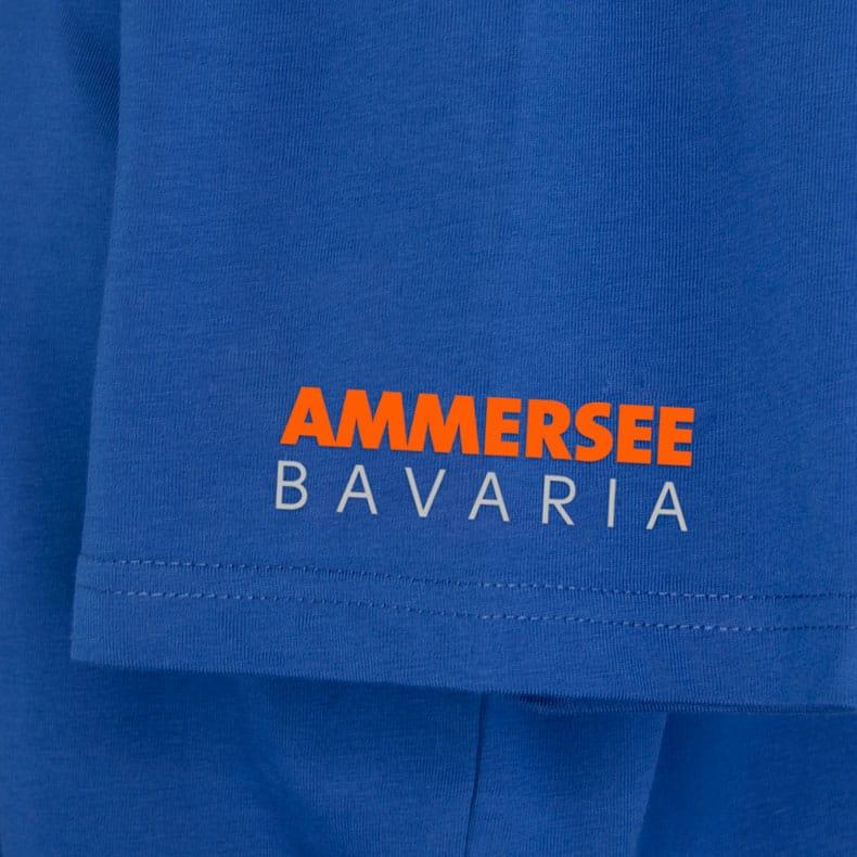 Ärmel eines mittelblauen CB Kinder T-Shirts aus Bio-Baumwolle (Organic Bio T-Shirts) mit orangenem Ammersee Design der Modemarke AMMERSEE BAVARIA aus Bayern, Deutschland
