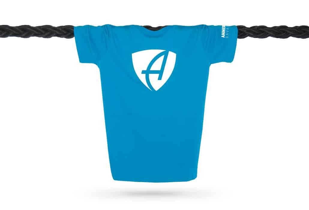 Vorderansicht eines hellblauen CB Kinder T-Shirts aus Bio-Baumwolle (Organic Bio T-Shirt) mit weissem Ammersee Design der Modemarke AMMERSEE BAVARIA aus Bayern, Deutschland