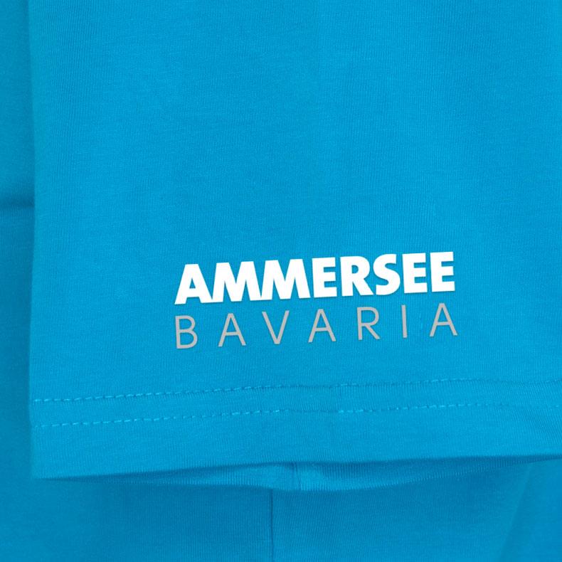 Ärmel eines hellblauen CB Kinder T-Shirts aus Bio-Baumwolle (Organic Bio T-Shirts) mit weissem Ammersee Design der Modemarke AMMERSEE BAVARIA aus Bayern, Deutschland