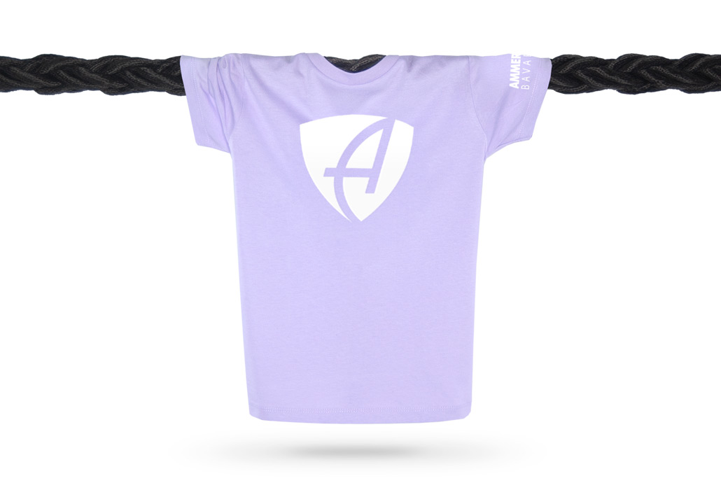 Vorderansicht eines lilafarbenden CB Kinder T-Shirts aus Bio-Baumwolle (Organic Bio T-Shirt) mit weissem Ammersee Design der Modemarke AMMERSEE BAVARIA aus Bayern, Deutschland