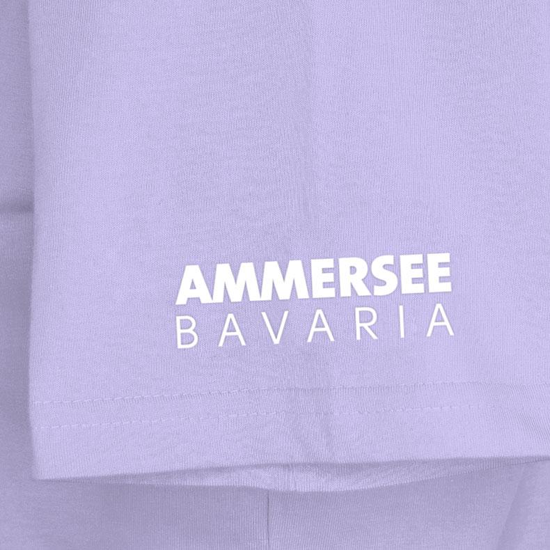Ärmel eines lilafarbenden CB Kinder T-Shirts aus Bio-Baumwolle (Organic Bio T-Shirts) mit weissem Ammersee Design der Modemarke AMMERSEE BAVARIA aus Bayern, Deutschland