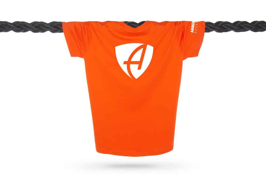Vorderansicht eines orangenen CB Kinder T-Shirts aus Bio-Baumwolle (Organic Bio T-Shirt) mit weissem Ammersee Design der Modemarke AMMERSEE BAVARIA aus Bayern, Deutschland