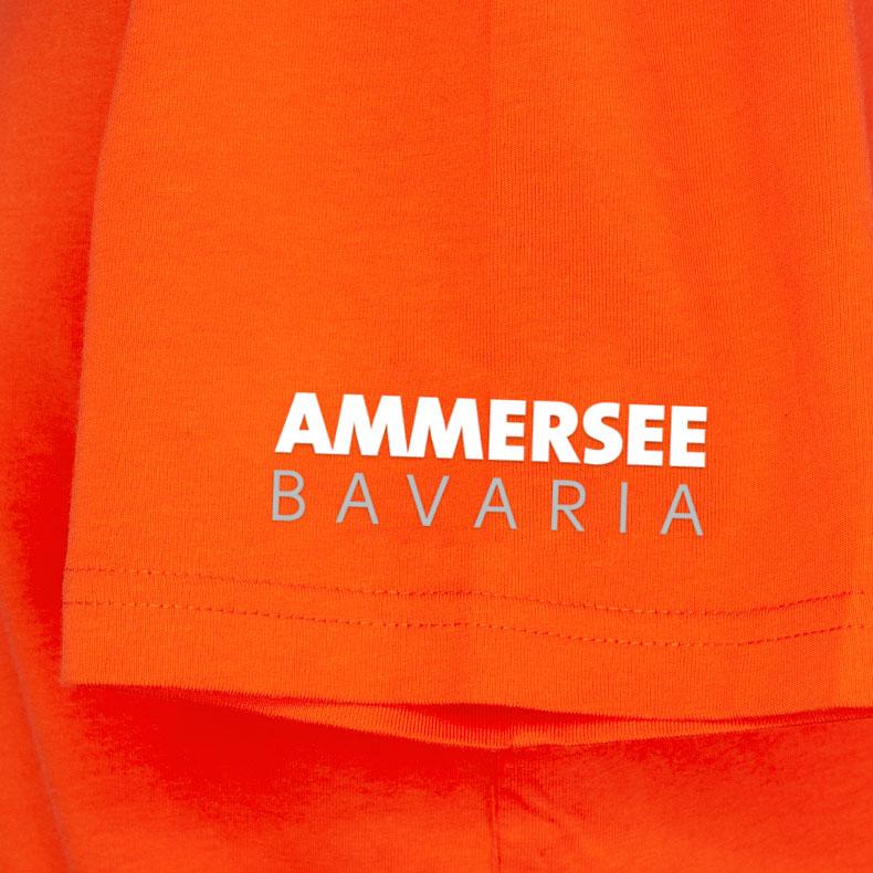 Ärmel eines orangenen CB Kinder T-Shirts aus Bio-Baumwolle (Organic Bio T-Shirts) mit weissem Ammersee Design der Modemarke AMMERSEE BAVARIA aus Bayern, Deutschland