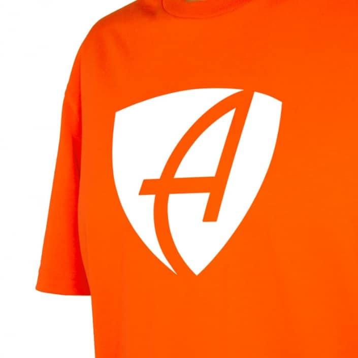 Ausschnitt Vorderansicht eines orangenen CB Kinder T-Shirts aus Bio-Baumwolle (Organic Bio T-Shirt) mit weissem Ammersee Design der Modemarke AMMERSEE BAVARIA aus Bayern, Deutschland