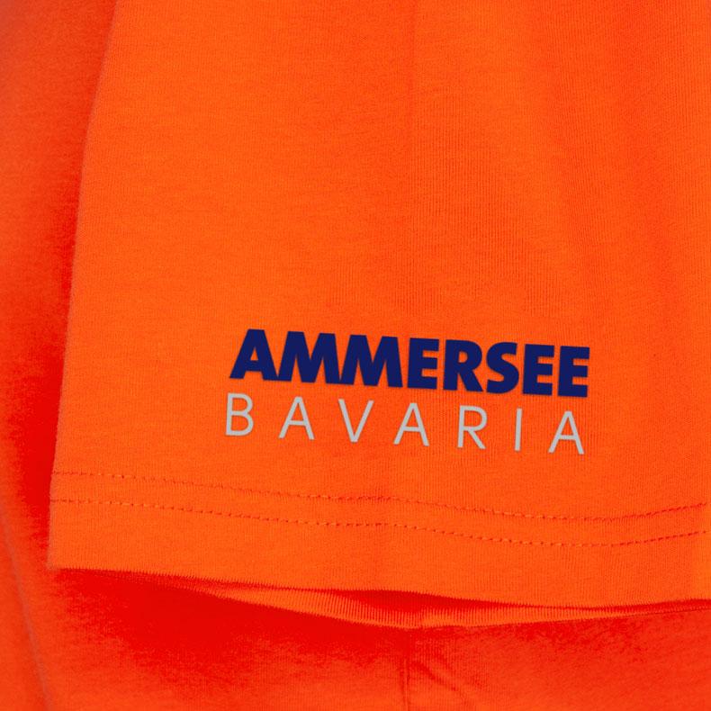Ärmel eines orangenen CB Kinder T-Shirts aus Bio-Baumwolle (Organic Bio T-Shirts) mit royal-blauem Ammersee Design der Modemarke AMMERSEE BAVARIA aus Bayern, Deutschland