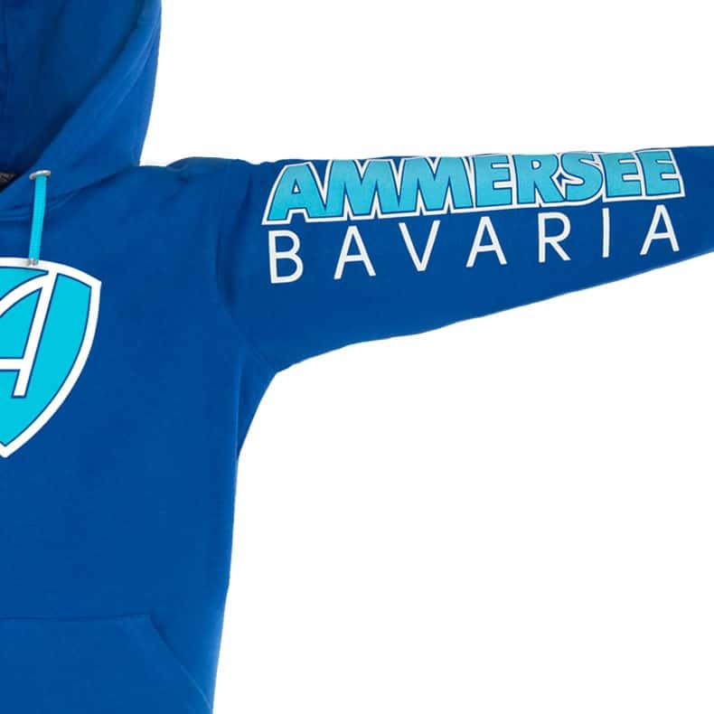Linker Ärmel eines blauen CBo Kapuzenpullover mit türkisem Ammersee Design der Modemarke AMMERSEE BAVARIA aus Bayern, Deutschland