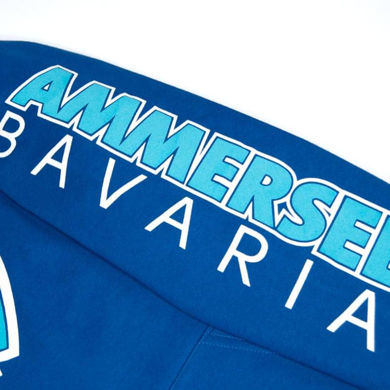 Detailaufnahme des linken Ärmel eines blauen CBo Kapuzenpullover mit türkisem Ammersee Design der Modemarke AMMERSEE BAVARIA aus Bayern, Deutschland