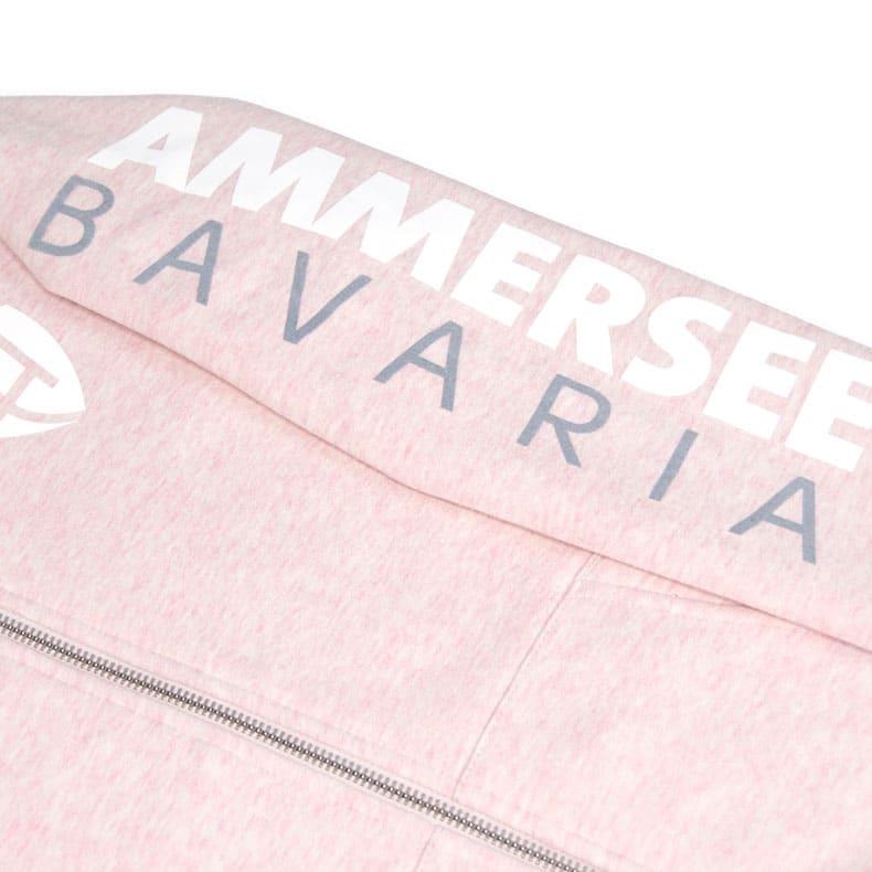 Detailaufnahme des linken Ärmel einer rosamelierten Kinder Kapuzenjacke mit grau-weissem Ammersee Design der Modemarke AMMERSEE BAVARIA aus Bayern, Deutschland