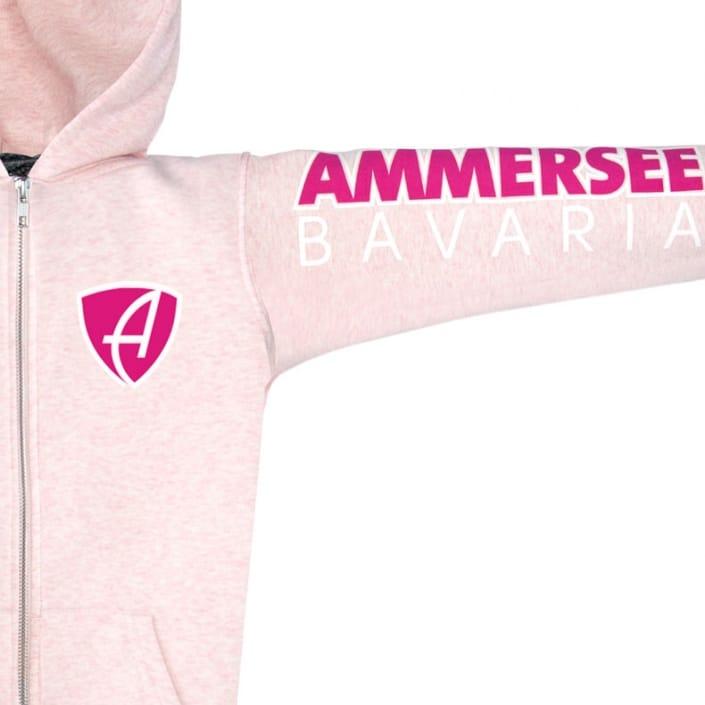 Ausschnitt Vorderansicht eines rosamelierten CBo Kinder Kapuzenjacke aus Bio-Baumwolle (Organic Bio Hoodie) und recyceltem Polyester mit magenta-weissem Ammersee Design der Modemarke AMMERSEE BAVARIA aus Bayern, Deutschland