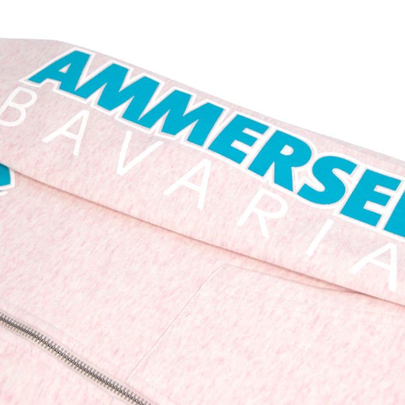 Detailaufnahme des linken Ärmel einer rosamelierten Kinder CBo Kapuzenjacke mit türkis-weissem Ammersee Design der Modemarke AMMERSEE BAVARIA aus Bayern, Deutschland