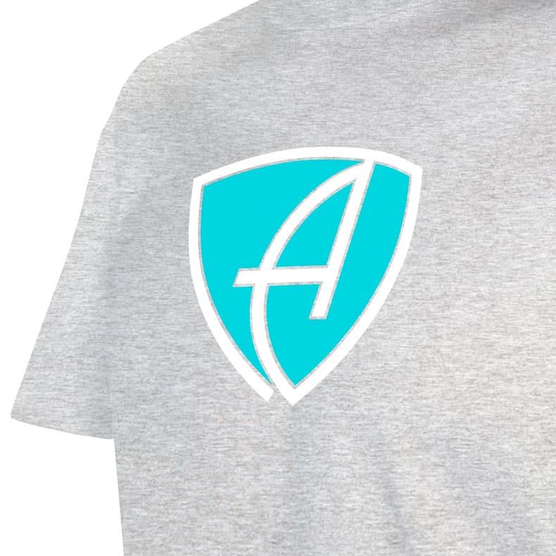Ausschnitt Vorderansicht eines hellgrauen CBo T-Shirts aus Bio-Baumwolle (Organic Bio T-Shirt) mit türkis-weissem Ammersee Design der Modemarke AMMERSEE BAVARIA aus Bayern, Deutschland