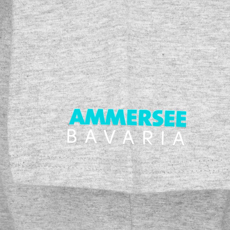Ärmel eines hellgrauen CBo T-Shirts aus Bio-Baumwolle (Organic Bio T-Shirts) mit türkis-weissem Ammersee Design der Modemarke AMMERSEE BAVARIA aus Bayern, Deutschland